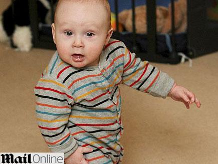 תינוק שלמד ללכת לפני שזחל - מתוך מייל אונליין (צילום: MailOnline)