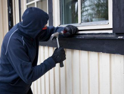 גנב פורץ לבית
