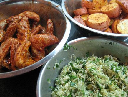 כנפיים, אורז ותפוחי אדמה (צילום: אוכל מכל הלב)