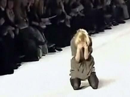 דוגמנית שנפלה על המסלול (צילום: CNN)