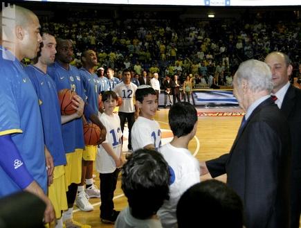 שמעון פרס, שי שני והשחקנים לפני המשחק (אמיר לוי)