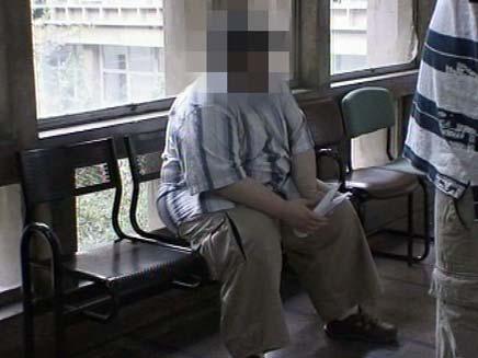 חשוד בפדופיליה בבית משפט השלום בתל אביב (צילום: חדשות 2)