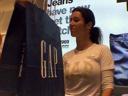 מוכרת בחנות גאפ (צילום: חדשות 2)