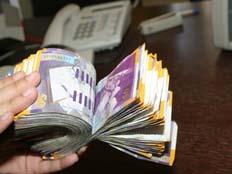 יד סופרת כסף מזומן (צילום: חדשות 2)