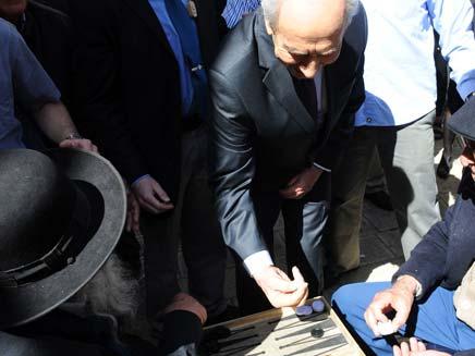 שמעון פרס משחק שש-בש בשוק מחנה יהודה (צילום: משה מילנר)