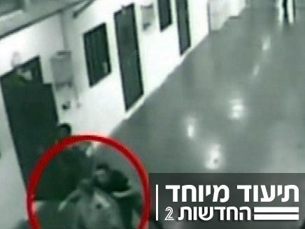אסיר משסף גרון של סוהר (צילום: חדשות 2)