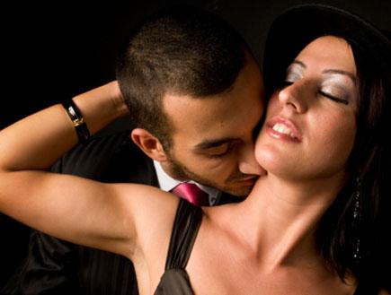 גבר מריח אישה (צילום: Niko Guido, Istock)