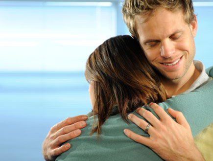גבר מחייך מחבק אישה (צילום: istockphoto)