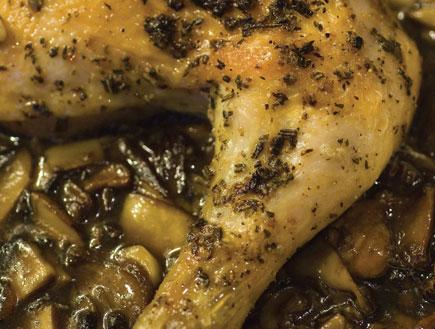 עוף בתנור מכוסה בהר של פטריות (צילום: יונתן בלום, שגב משה)