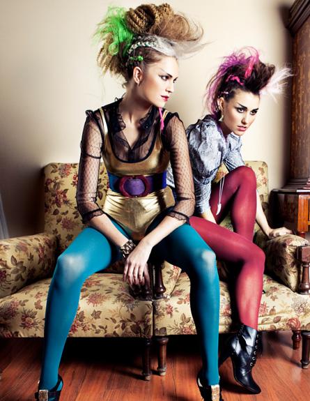 שתי בחורות בתלבושות אייטיז (צילום: Alija, Istock)