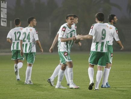 שחקני חיפה מברכים את כליבאת על השער (שי לוי) (צילום: מערכת ONE)