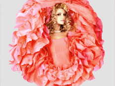 בחורה לובשת פרח (צילום: swetta, Istock)