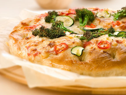 פיצה פוקצ'ה עם ברוקולי (צילום: שי אפגין, טרה)