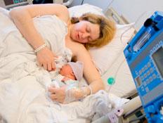 אישה בחדר לידה (צילום: istockphoto)