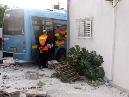 אוטובוס שנכנס בחצר בית בפתח תקווה (צילום: עזרי עמרם)