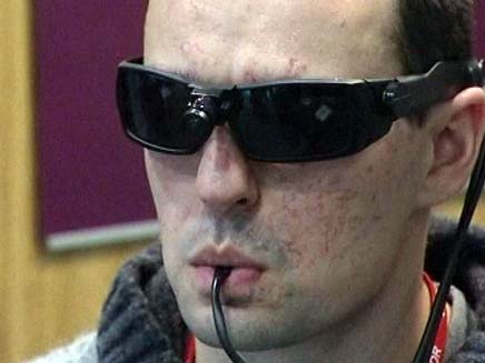חייל בריטי שרואה בעזרת הלשון (צילום: חדשות 2)