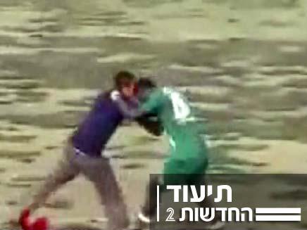 שחקן כדורגל נוגח בשחקן אחר (צילום: חדשות 2)