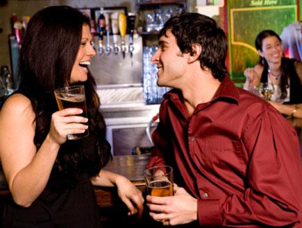 אישה מפלרטטת עם בחור צעיר (צילום: istockphoto)