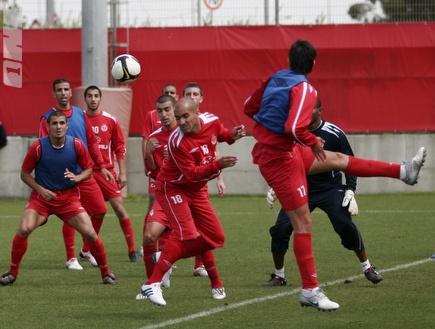 שחקני הפועל מתכוננים להפועל חיפה (רועי גלדסטון) (צילום: מערכת ONE)
