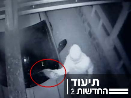 שורפים רכב תחת מעקב מצלמת האבטחה במושב עלמה (צילום: חדשות 2)