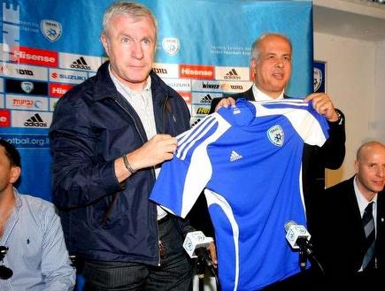 פרננדז ולוזון עם חולצת הנבחרת, הערב (דרור עינב) (צילום: מערכת ONE)