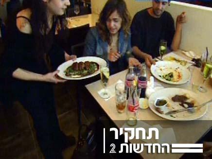 מלצרית במסעדה (צילום: חדשות 2)