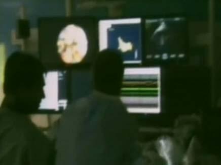 מצלמה זעירה רופאים צופים במוניטורים (צילום: חדשות 2)