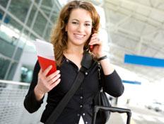אישה בשדה תעופה - מילון בתעופה (צילום: istockphoto)