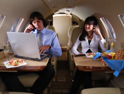 גבר ואישה במטוס - מילון בתעופה (צילום: istockphoto)