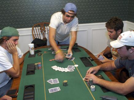 נערים משחקים פוקר (צילום: חדשות 2)