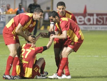 שחקני אשדוד חוגגים בדרך לרבע הגמר (דרור עינב) (צילום: מערכת ONE)