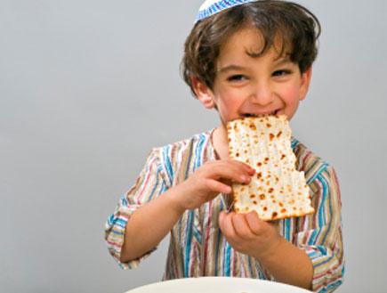 ילד אוכל מצה - פסח 2010 (צילום: pushlama, Istock)