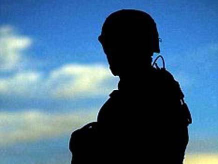 חייל מסתיר את השקיעה (צילום: dailymail)