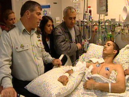 אשכנזי מבקר חייל פצוע (צילום: חדשות 2)