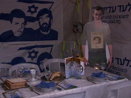 סדר פסח באוהל מחאה למען שחרור גלעד שליט (צילום: חדשות 2)