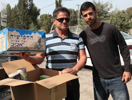 בן בסט וגבאי מחלקים חבילות לחג (עמית מצפה) (צילום: מערכת ONE)