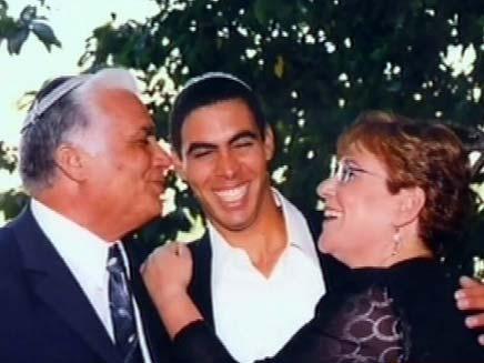 """מרים עם בנה אלירז ובעלה אליעזר ז""""ל (צילום: באדיבות המשפחה)"""