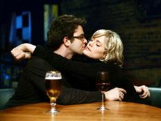 מתנשקים בבר (צילום: lisegagne, Istock)