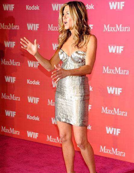 ג'ניפר אניסטון בשמלת מיני כסופה (צילום: Frazer Harrison, GettyImages IL)