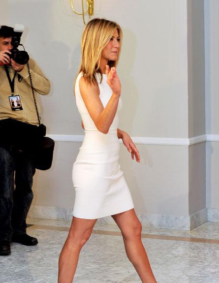 ג'ניפר אניסטון בשמלת מיני לבנה (צילום: Carlos Alvarez, GettyImages IL)