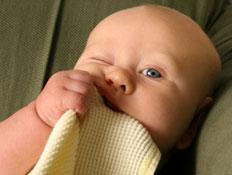 תינוק מכניס לפה שמיכה (צילום: istockphoto)