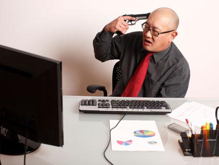 מתאבד מול המחשב (צילום: pkripper503, Istock)