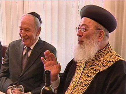 שמעון פרס עם הרב שלמה עמר (צילום: חדשות 2)