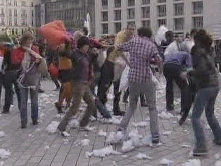 מלחמת כריות (צילום: חדשות 2)
