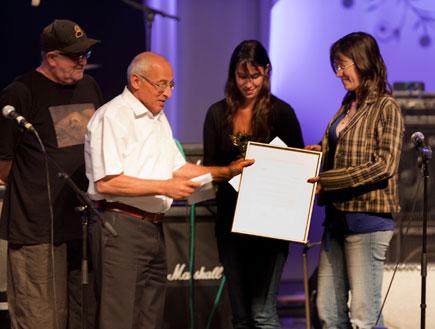 בנותיו של גרי אקשטיין מקבלו פרס ממוטי ששון (צילום: עידו קליר)