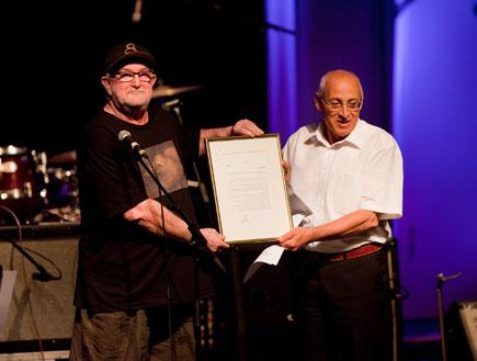 מוטי ששון מעניק פרס לאפרים שמיר (צילום: עידו קליר)