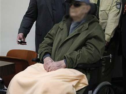 הוברח על כסא גלגלים (צילום: AP)
