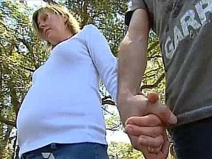 צעירה אובחנה באלצהיימר ואינה מזהה את התינוקת שלה (צילום: דיילי מייל)