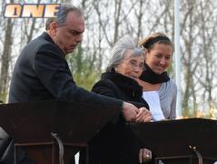 פאר, סבתה וגרנט מדליקים את המשואות (משה מילנר) (צילום: מערכת ONE)