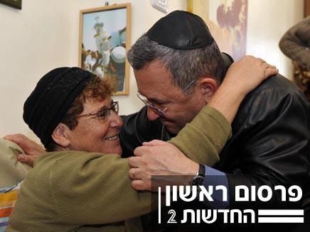 אהוד ברק מנחם את מירים פרץ (צילום: אריאל חרמוני, משרד הביטחון.)